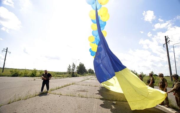 Військові запустили в бік Донецька український прапор