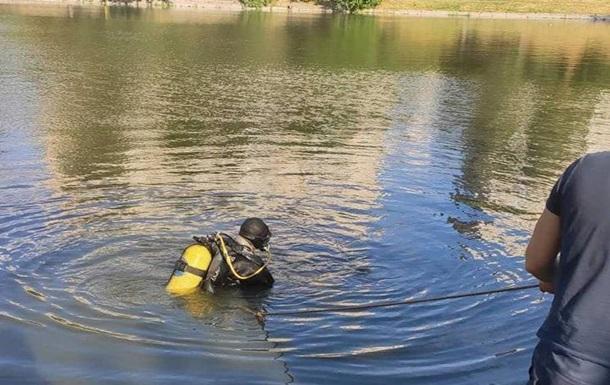 У Києві рятувальники з озера дістали тіло чоловіка