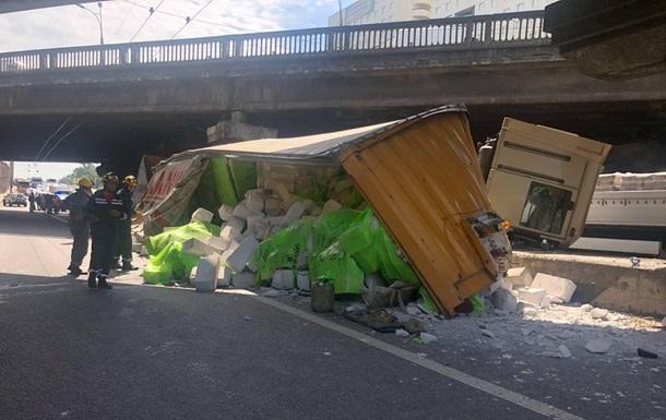 У Києві перекинулася фура на проспекті Перемоги