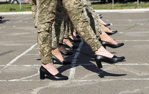 Курсанток на параді перевзують в інше взуття на підборах
