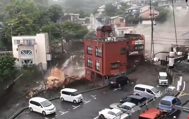В Японії після зсуву зникли 20 осіб