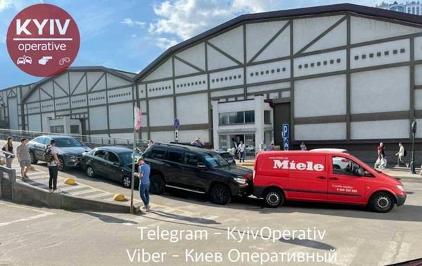 ДТП на парковці: у Києві зіткнулося чотири авто
