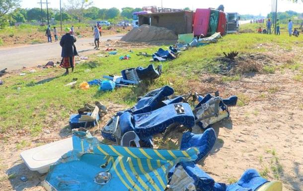 У Мозамбіку зіткнулися дві вантажівки і автобус, десятки загиблих