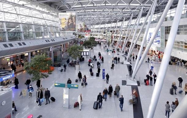 В аеропорту Дюссельдорфа невідомий з ножем поранив людину