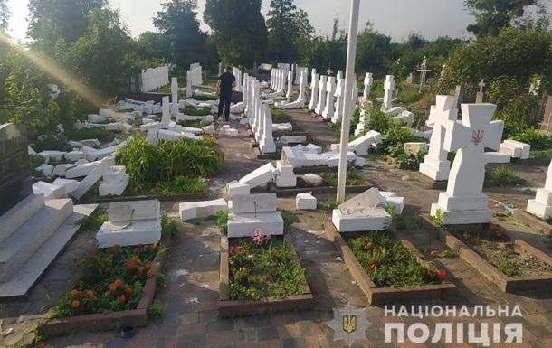В Стрые вандал надругался над могилами сечевых стрельцов