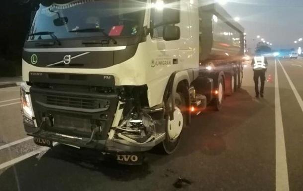 У Київській області вантажівка переїхала двох людей на мопеді