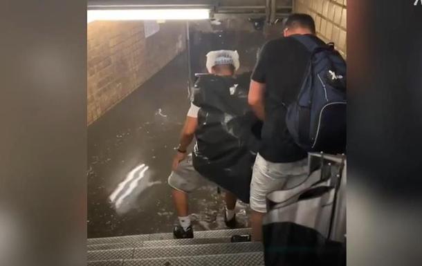 У метро Нью-Йорка вода досягає людям до пояса