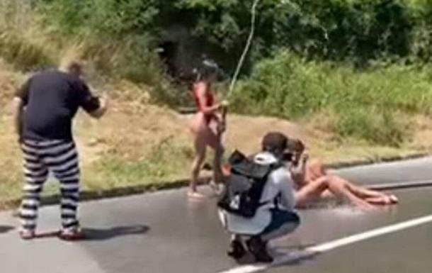 У Чорногорії оштрафували українок за ню фотосесію на автодорозі