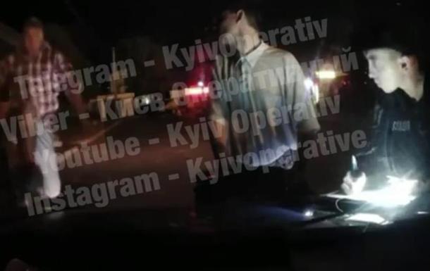 Под Киевом неадекват прыгнул на авто полиции