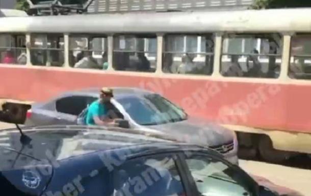 В Киеве пассажир трамвая отомстил автомобилю - «Украина»