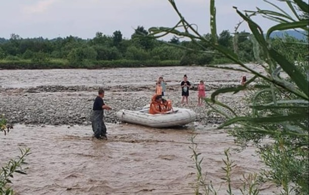 На Прикарпатті врятували сім осіб з острова