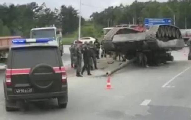 В РФ при перевозке на трассу упал танк