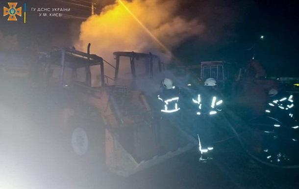 В Киеве на территории предприятия сгорели экскаваторы