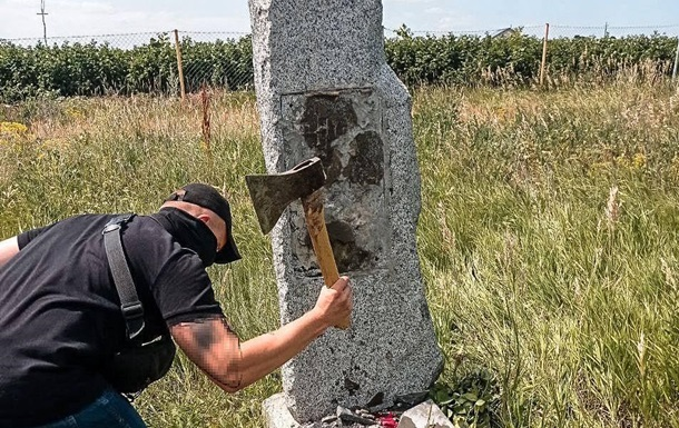 Под Харьковом памятный знак уничтожили спустя часы после восстановления