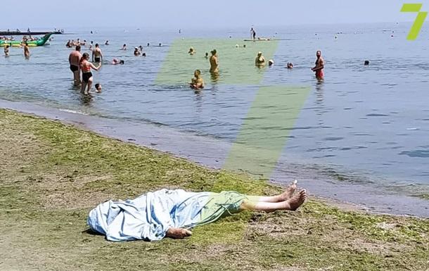 На пляже в Одессе люди отдыхали рядом с телом утопленника
