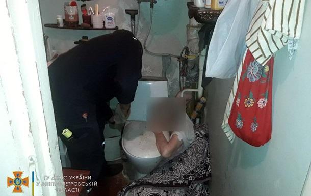 Мешканка Дніпра застрягла у ванній
