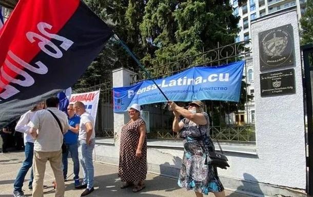 У Києві біля посольства Куби йдуть мітинги