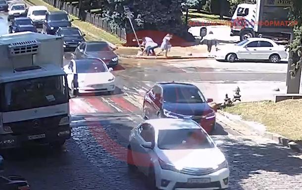 У Дніпрі на тротуарі дівчина по шию провалилася в яму з водою