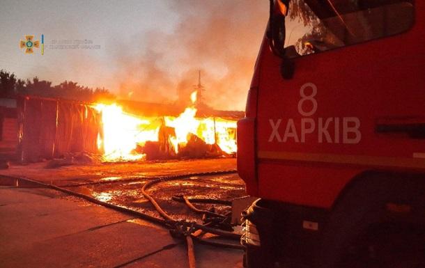 У Харкові велика пожежа на складі деревини