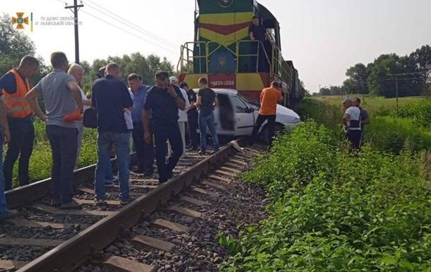 Под Львовом поезд протаранил авто, есть жертвы
