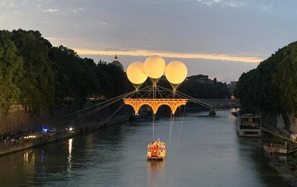У Римі з`явився міст на повітряних кулях