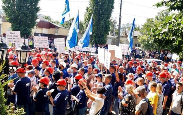 В Николаеве работники глиноземного завода митингуют под судом