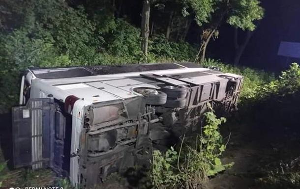 На Рівненщині перекинувся рейсовий автобус, 16 постраждалих