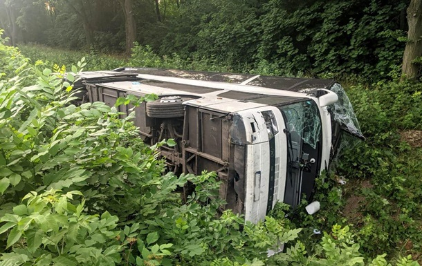 Полиция назвала причину опрокидывания автобуса на Ровенщине