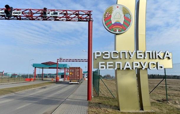 На кордоні з Білоруссю п яний далекобійник зніс шлагбаум