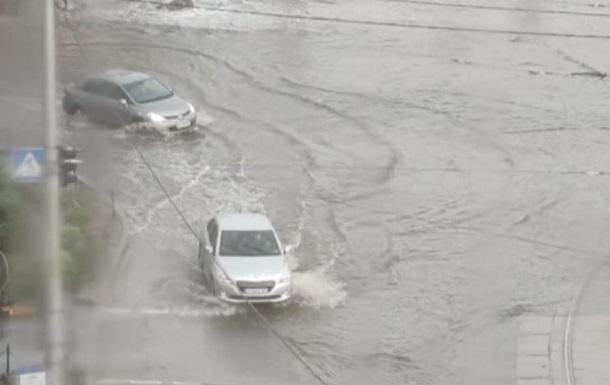 Киев накрыла буря с ливнем