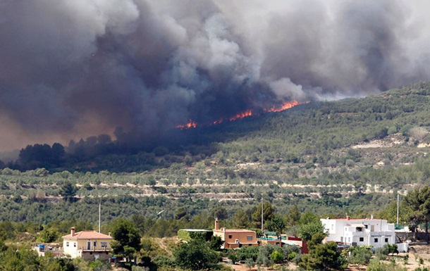 Лісові пожежі охопили популярний туристичний район Іспанії