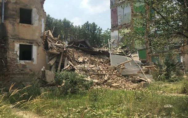 У Дрогобичі обвалився під їзд аварійного будинку