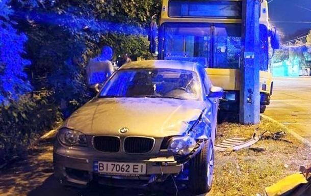 В Киеве неуправляемый автобус протаранил авто и врезался в столб