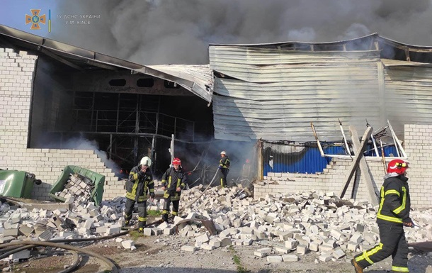 Масштабну пожежу на складах у Києві загасили
