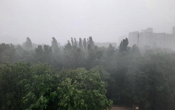 Київ накрила потужна буря з грозою