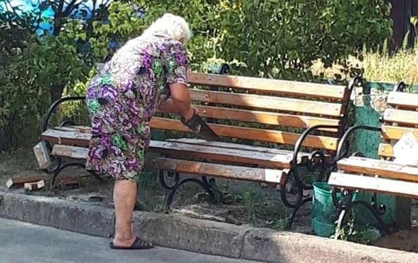 У Києві старенька розпиляла лавочку під будинком, аби під вікнами не шуміли