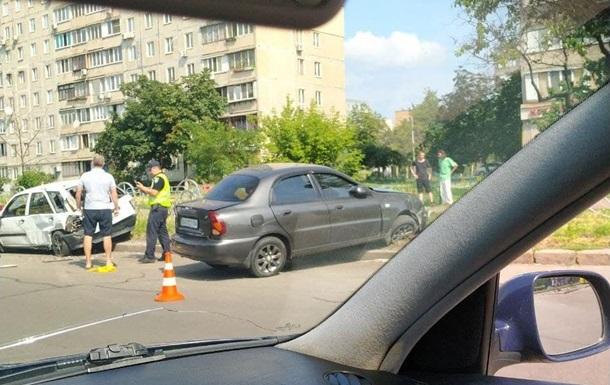 Пытался проскочить на красный: в Киеве таксист устроил масштабное ДТП
