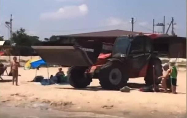 Берег курорту на Азовському морі завалило мертвими медузами