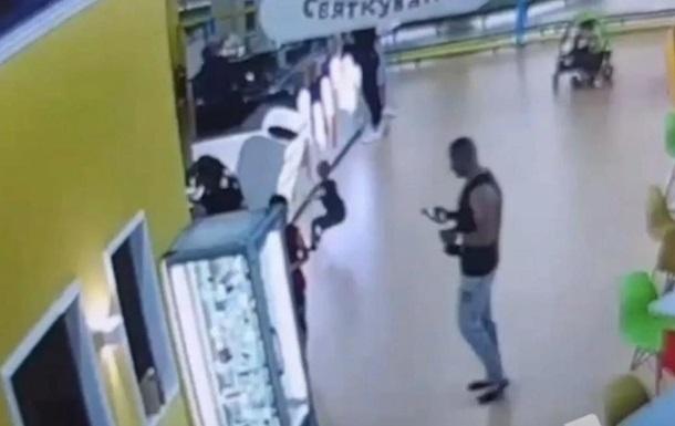 В киевском ТРЦ на ребенка упала стеклянная витрина