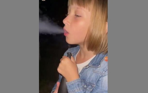 У Харкові дівчинка курила кальян з дорослими