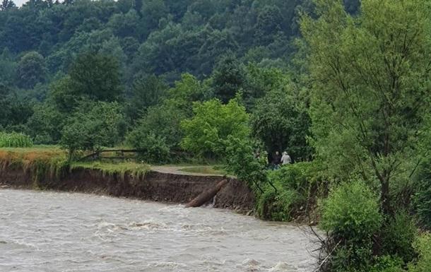 На Прикарпатті річка вийшла з берегів і розмила дорогу