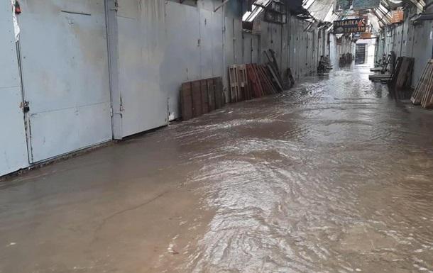В Хмельницком ливень затопил вещевой рынок