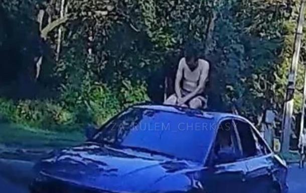 У Черкасах на даху авто возили голого чоловіка