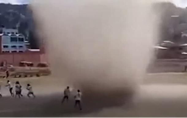 В Боливии во время футбольного матча по полю пронесся смерч - СМИ