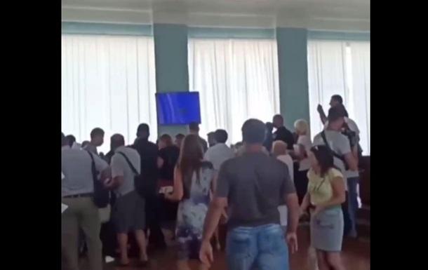 На Харьковщине подрались депутаты из-за переименования школ
