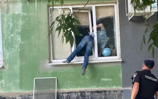 Жителя Херсона едва живого вытащили из окна возлюбленной