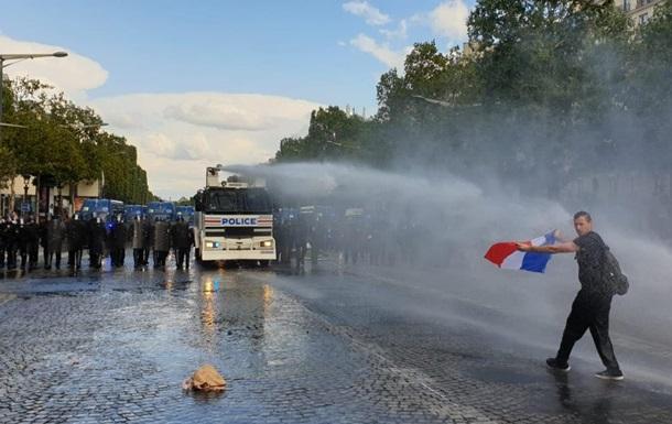 У Парижі противники санітарних пропусків побилися з поліцією