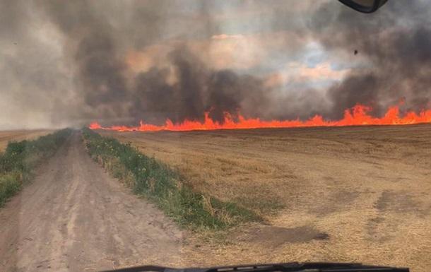 Під Кривим Рогом спалахнула сильна пожежа на пшеничному полі