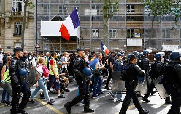 Протести проти COVID-перепусток у Франції: Сенат пішов на поступки