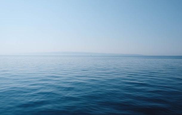 В Сочи туристы набросились на тапочки, которые на берег выбросило море